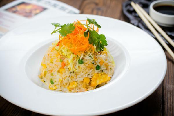 Китайский жареный рис с цыпленком и креветками