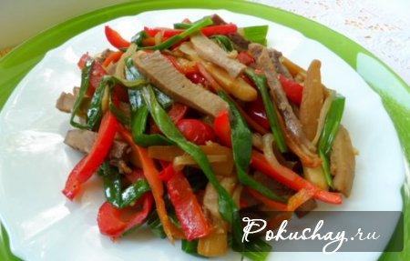 Фото салата из овощей и отварного языка