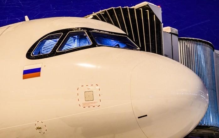 У российского самолета в воздухе протекла крыша, пассажиры достали зонтики (Видео)