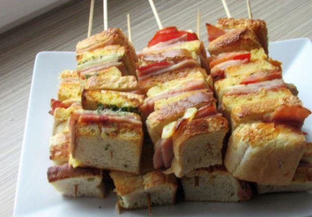 Бутерброды в виде шашлычков
