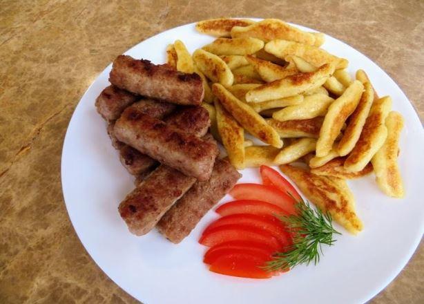 Немецкие клецки schupfnudeln и чесночные колбаски