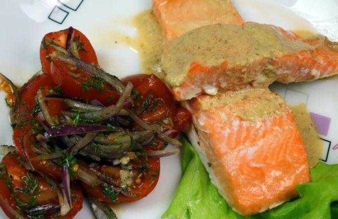 Запечённая форель под сливочным соусом с овощным гарниром