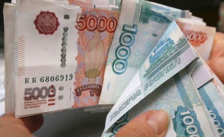 Россияне массово забирают деньги из банков
