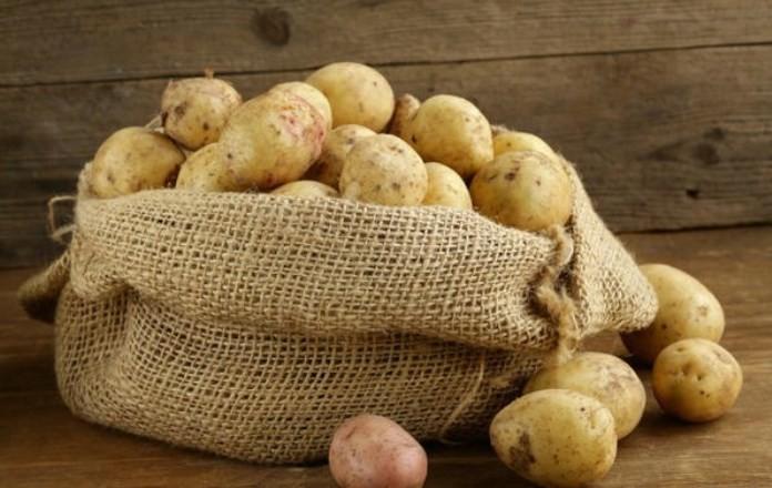 Почему нельзя хранить картошку рядом с луком?