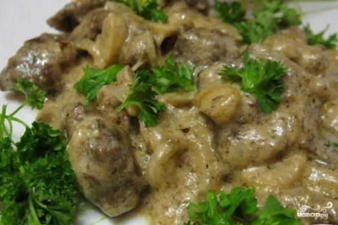 Классический рецепт печени «По-строгановски» со сметаной на сковороде