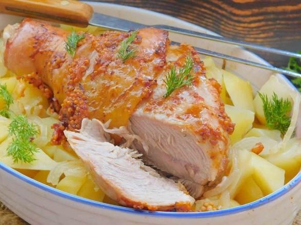Голень индейки в духовке с картофелем