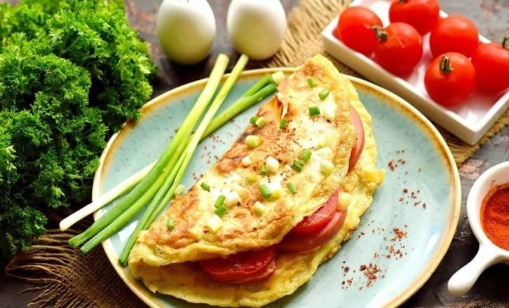 Завтрак из лаваша и яиц с колбасой
