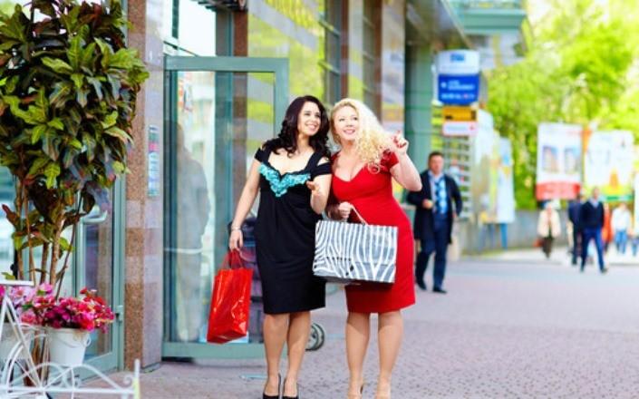 Какое платье надеть на 8 марта женщине plus size размера: самые изысканные платья