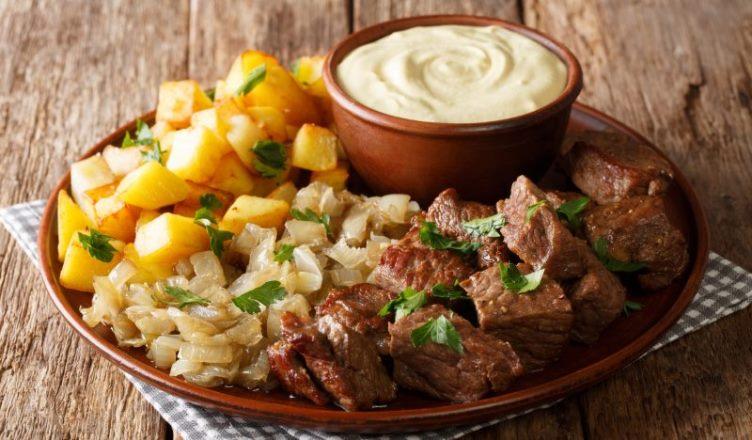 Жареная говядина с картошкой, луком и соусом