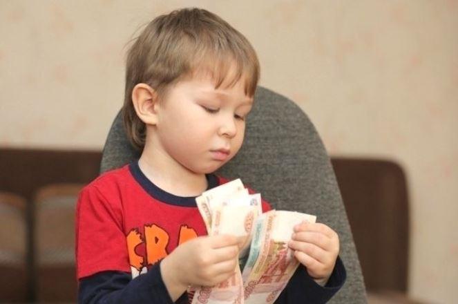 Семьи с детьми от 8 до 17 лет могут получить по 5 тысяч рублей на ребенка
