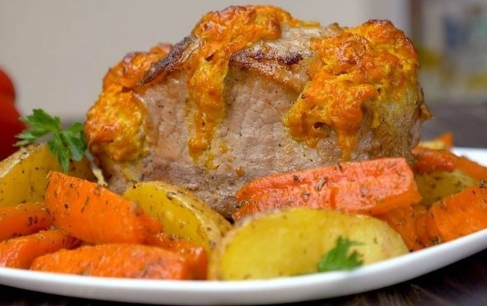 Свиная корейка с морковью и сыром